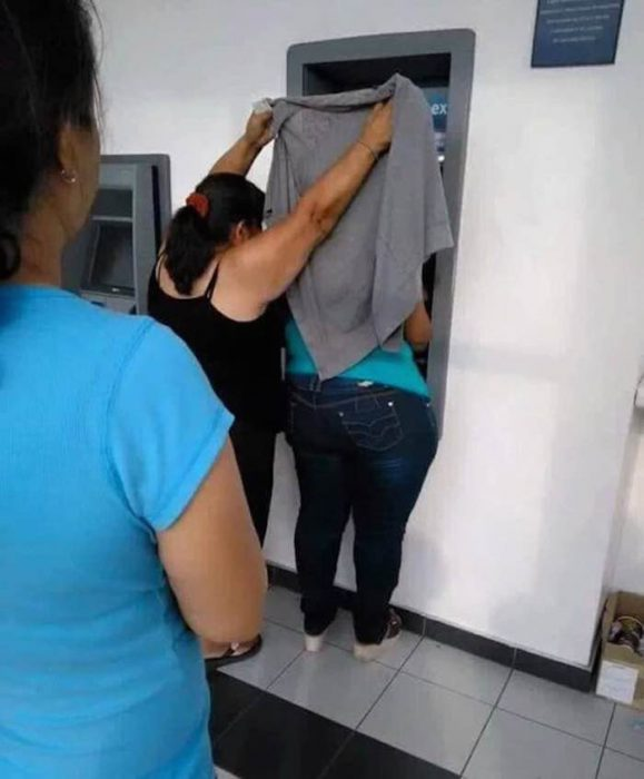 Meme mujer protegiendo a otra en un cajero automático