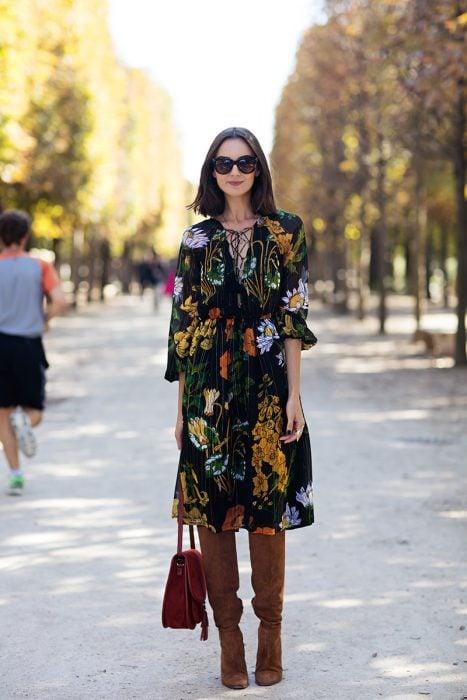 Chica usando un vestido con estampados florales