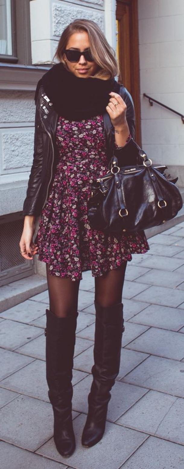 5b9f12c56 Chica usando un vestido con estampado floral botas y chaqueta negra