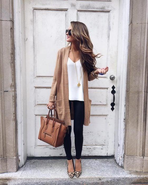 Chica usando un cardigan café jeans y flats