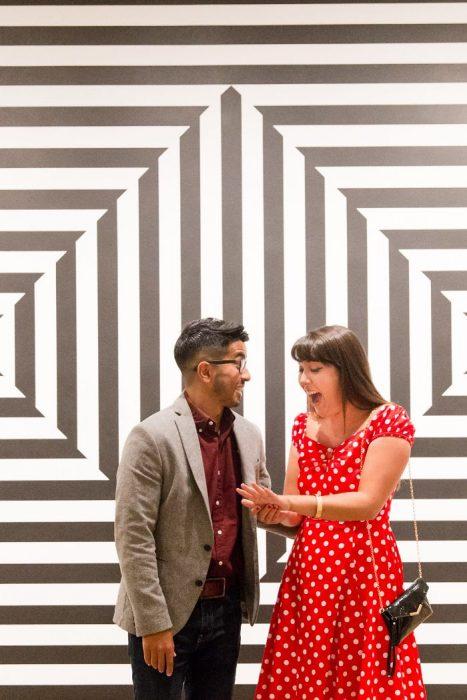 Chico le propuso matrimonio a su chica con un dibujo en el museo de nueva york