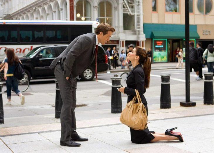 chica arrodillada frente a su novio