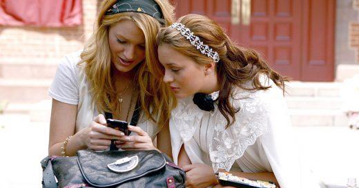 Chicas enviando mensajes de texto