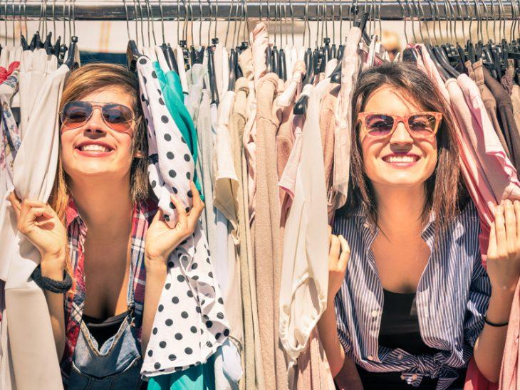 chicas detrás de compras