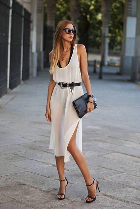 Chica usando un vestido con cinturón