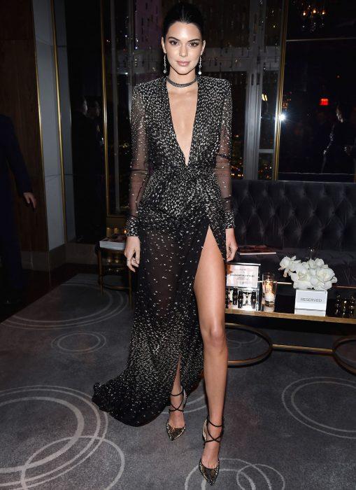 Kendall jenner usando un vestido negro con escote profundo