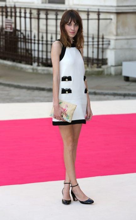 Alexa Chung usando un vestido de chanel