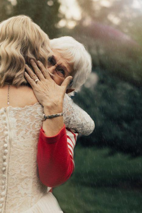 abuela llorando