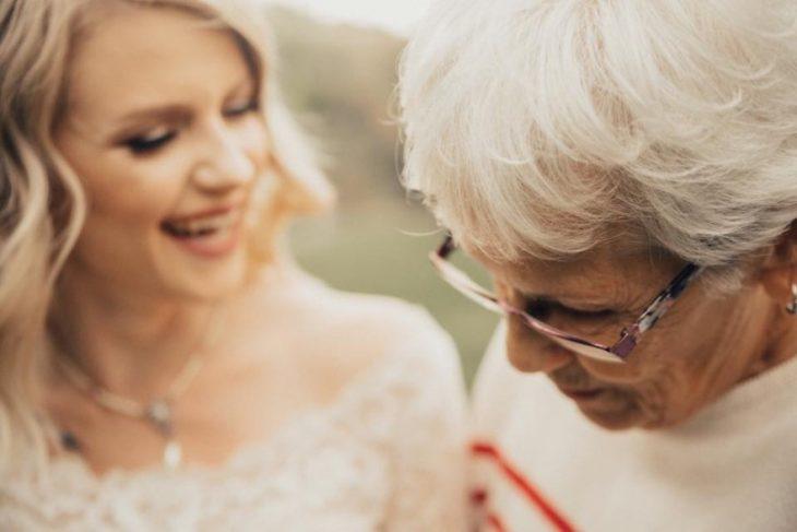 abuela mirando a su nieta usar su vestido