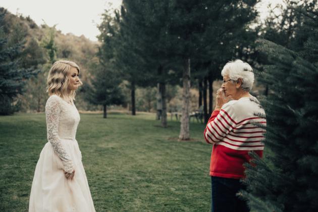 abuela y nieta mirándose a los ojos