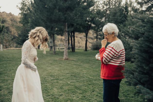 abuela y nieta en el jardín