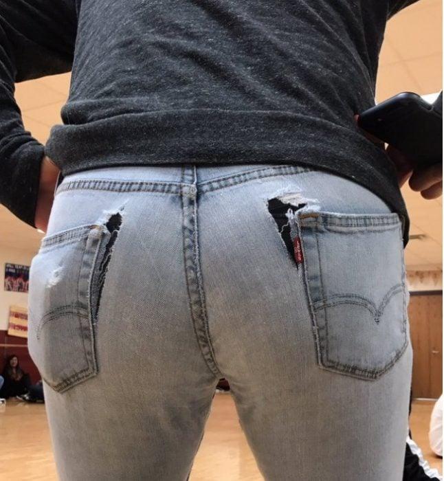 Pantalón de mujer roto