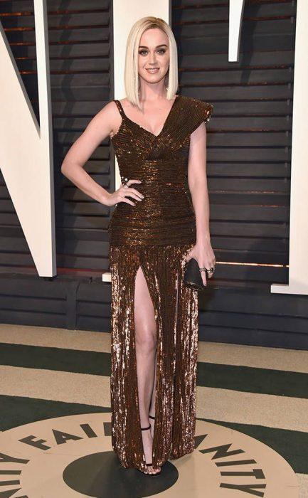 chica con vestido dorado
