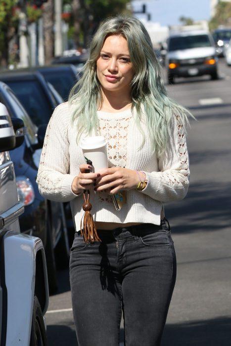 chica con cabello verde