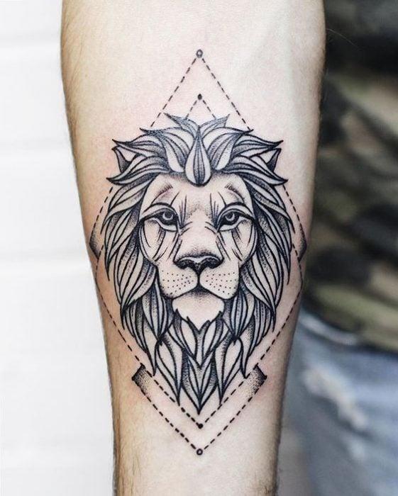 tatuaje de león con siluetas