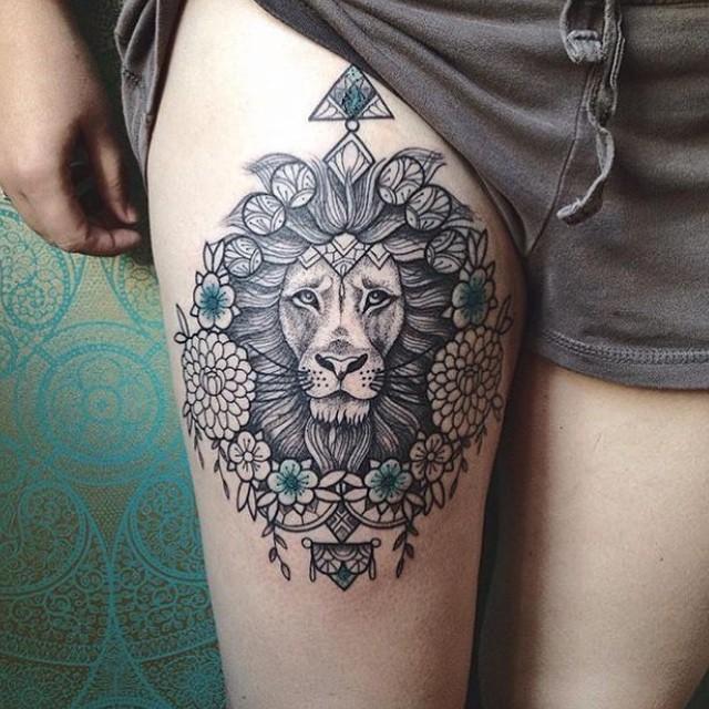 tatuaje de león con esmeraldas