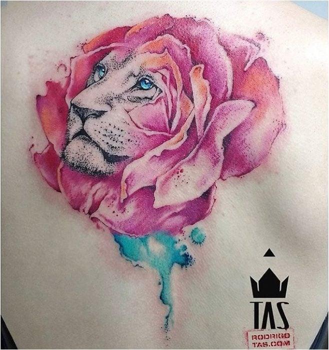 tatuaje de león con cara de rosa