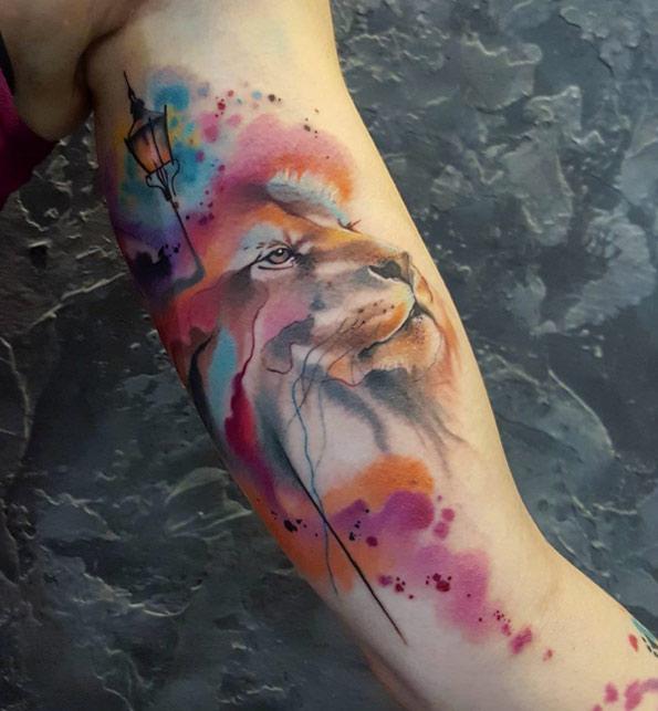 tatuaje de león con luces de farol