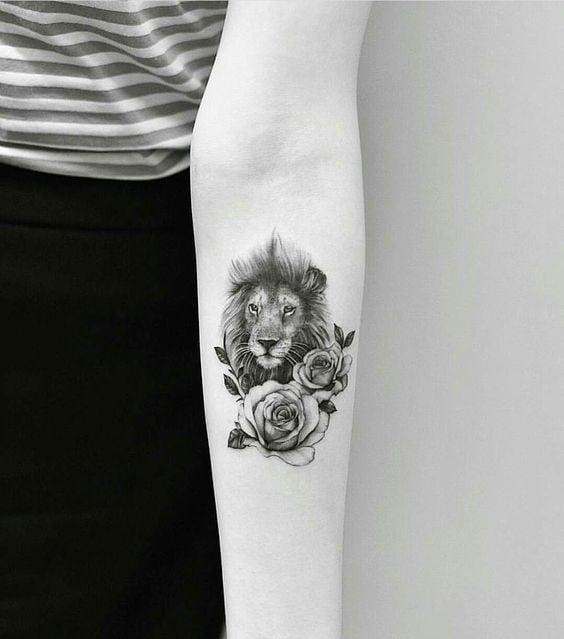 tatuaje de león con flores grandes