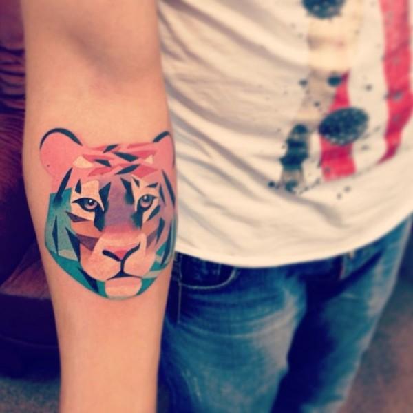 tatuaje de león con diamantes