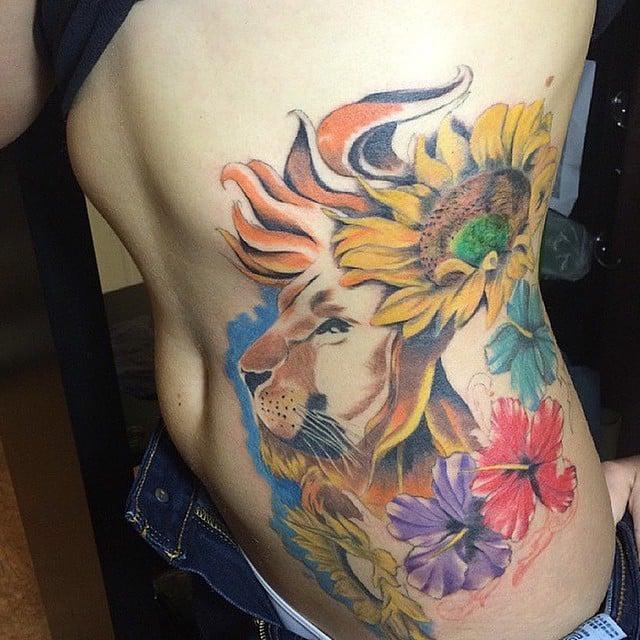 tatuaje de león con girasoles