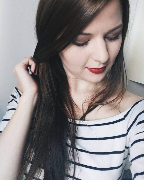 chica con labios rojos