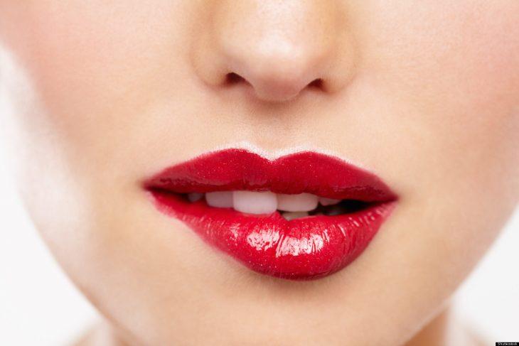 labios maquillados de rojo