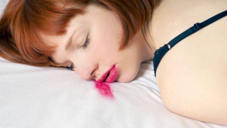 chica dormida con maquillaje en rostro