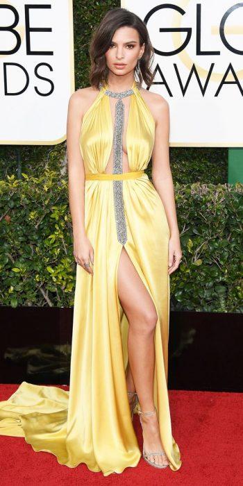Chica usando un vestido amarillo durante los golden globes awards