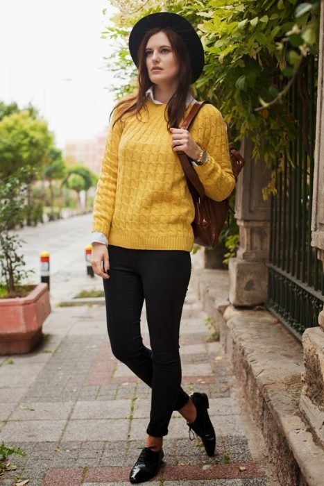 Chica usando un suéter de color amarillo