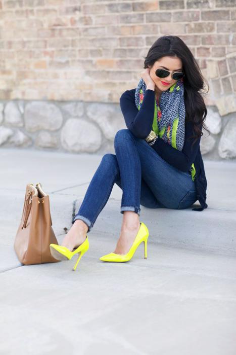 Chica usando unos zapatos amarillos con un outfit de mezclilla