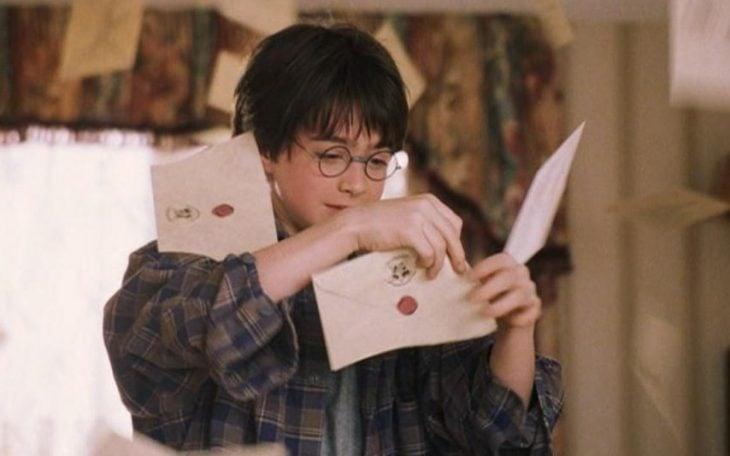 chico abriendo una carta