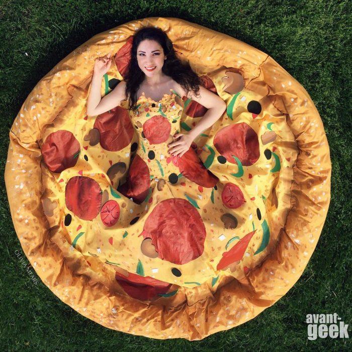 Diseñadora que hace vestidos de pizzas