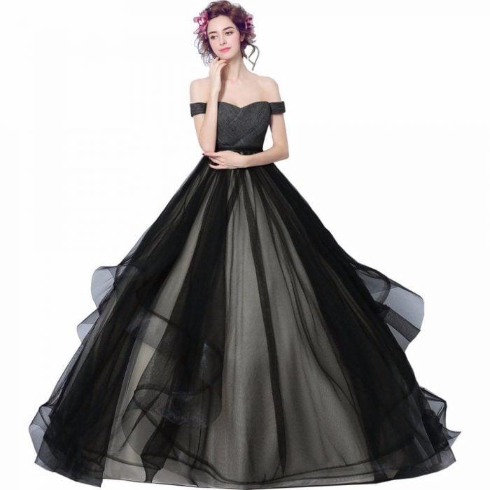 Chica con un vestido negro de xv años posando para una foto
