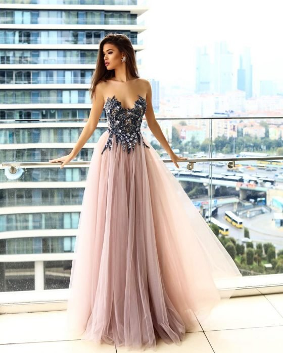Chica con un vestido rosa de xv años posando para una foto