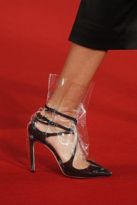 Zapatillas de cenicienta cubiertas de una bolsa de plástico