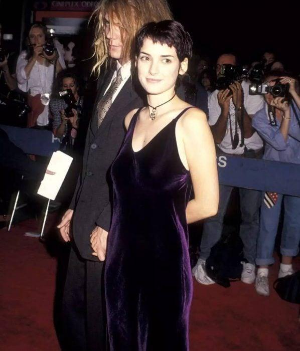 mujer con cabello corto y vestido de terciopelo