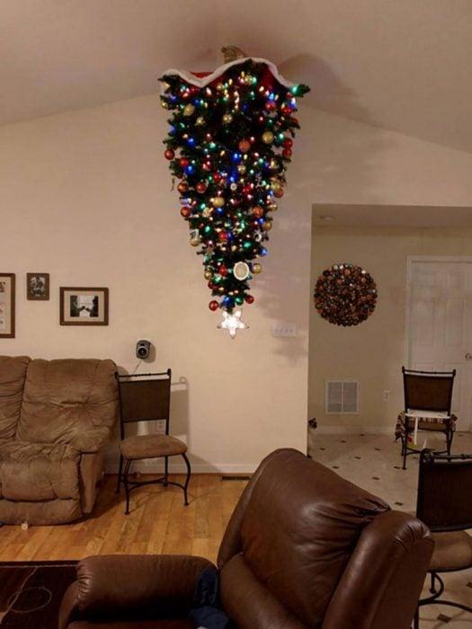 arbol de navidad en el techo