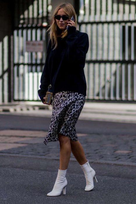 Chica usando unas botas blancas para el invierno