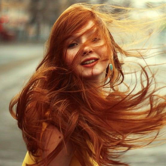 chica con cabello rubio