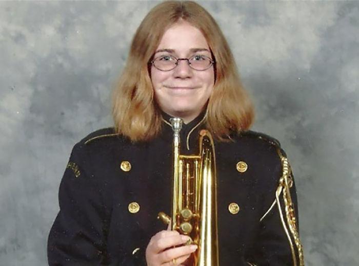 chica tocando la trompeta