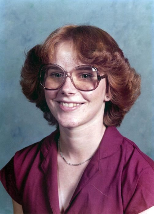 chica usando gafas lilas