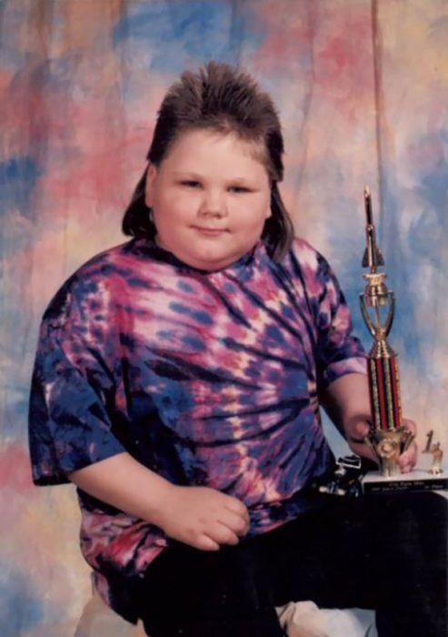 niño con camisa de colores