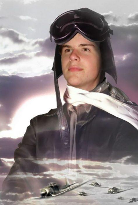 chico vestido de piloto