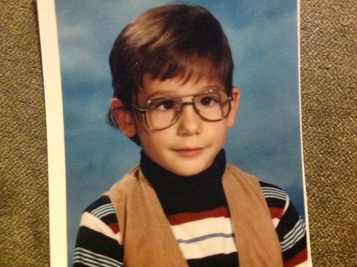 niño con gafas grandes
