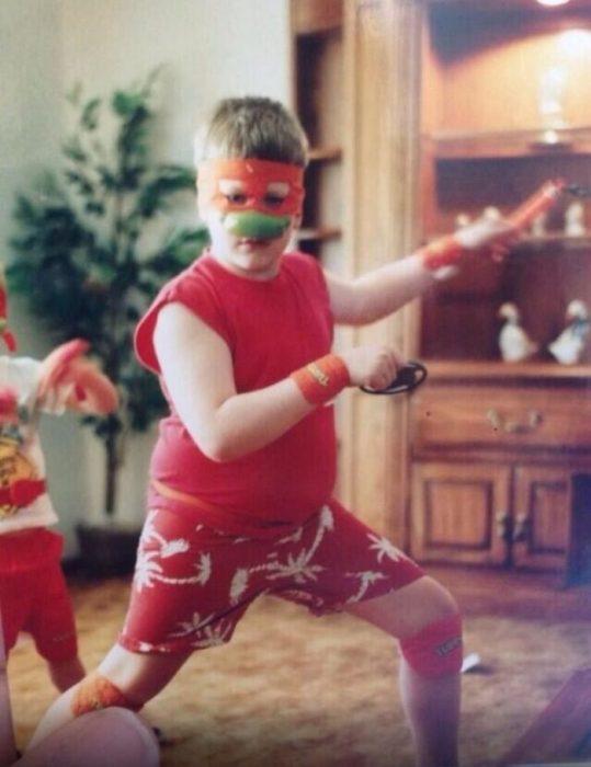 niño disfrazado de tortuga ninja