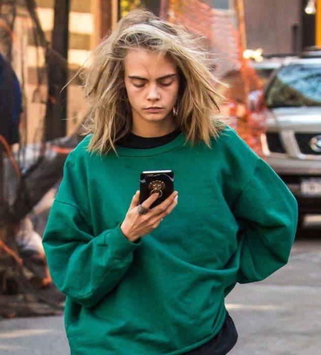 chica caminando por la calle con pijama