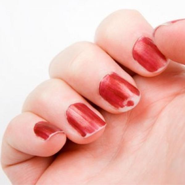 manos con uñas despintadas