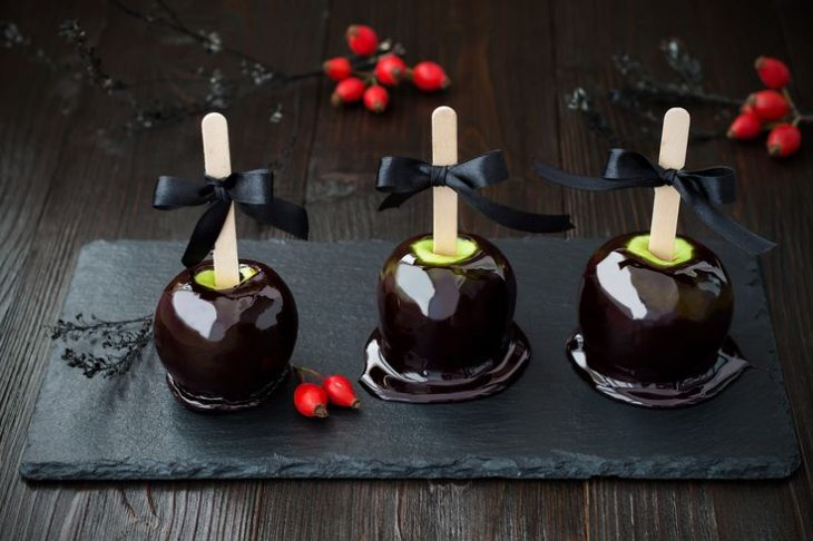 manzanas decoradas con chocolate negro