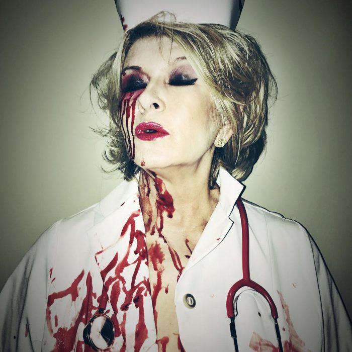 señora disfrazada de enfermera